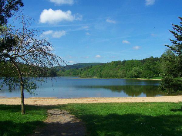 Gite 15 pers sur lac - 250M2  vu sur lac des monatgnes Base de loisir ...