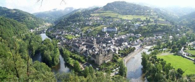 Château à Entraygues sur truyère pour  70 •   cour