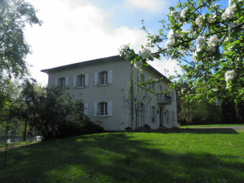 Maison à Arnaud guilhem pour  10 •   avec balcon
