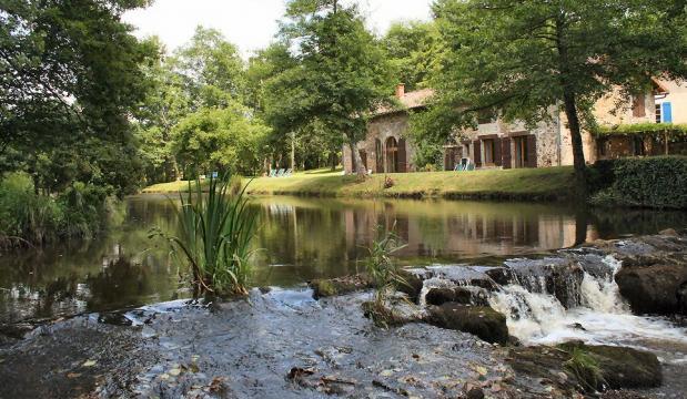 Gite à Savignac de nontron pour  8 •   avec piscine partagée
