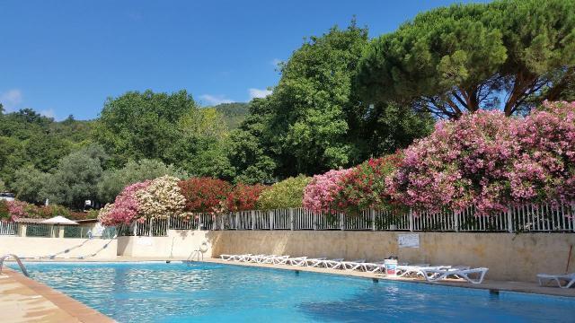 Stacaravan in La garde freinet voor  4 •   met zwembad in complex