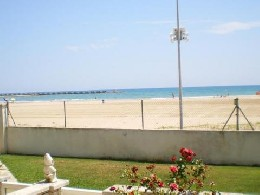 Apartment on the beach - Seafront, pool and garden  With barbecue
